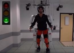 Почти полностью парализованный человек смог ходить благодаря экзоскелету