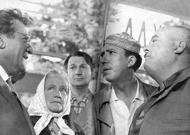 Этот снимок - один из рабочих моментов съёмок кинокартины Дайте жалобную книгу - фильма, в котором Эльдар Рязанов использовал гайдаевскую троицу Труса, Балбеса и Бывалого .Спасибо за и