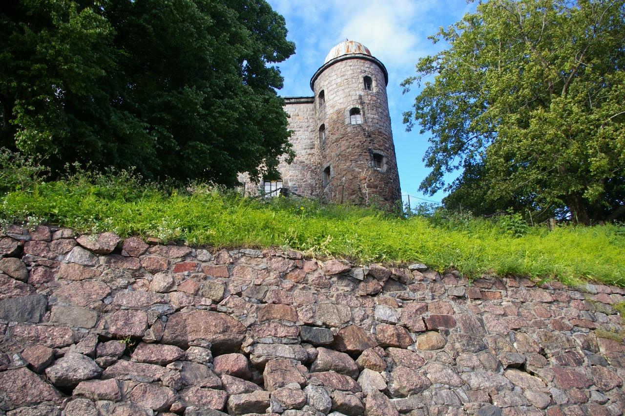 Выборг. Каменные стены средневекового замка и городской пляж