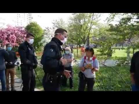 Ein Polizist droht den Demonstranten mit körperlichen Gewalt sollten sie nicht auseinander gehen