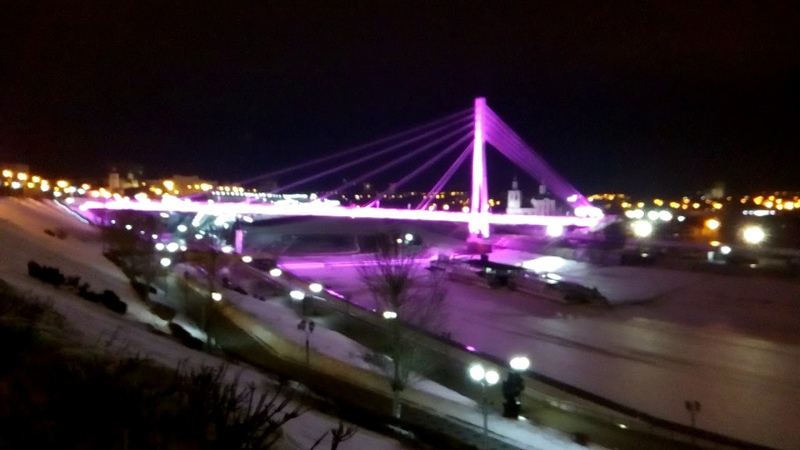 Зимняя набережная в Тюмени. Световое шоу на Мосту влюблённых.