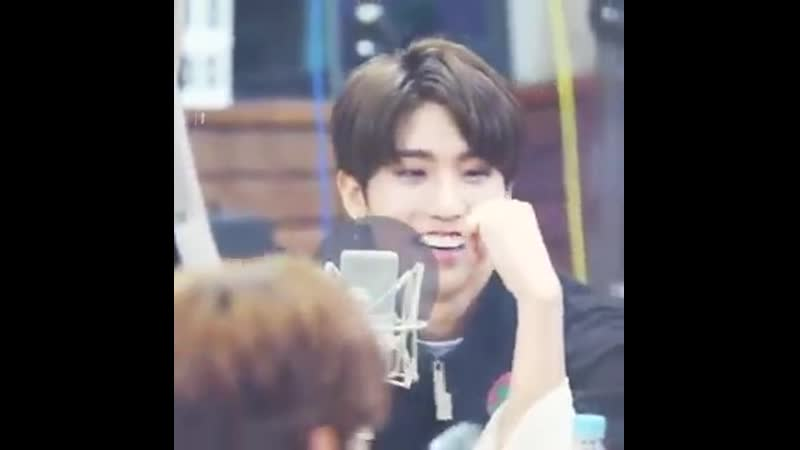 Look at how impressed jisung is by seungmin's freestyle!! ahhh he's so pumped up!! (1)