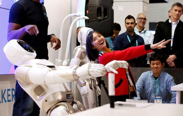 Умный робот-гуманоид воспроизводит позы йоги на Международной выставке потребительской электроники CES 2020 в США