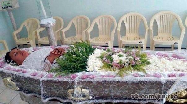 Бразильянка исполнила мечту всей своей жизни - устроила себе похороны при жизни. Странный народ эти девушки))