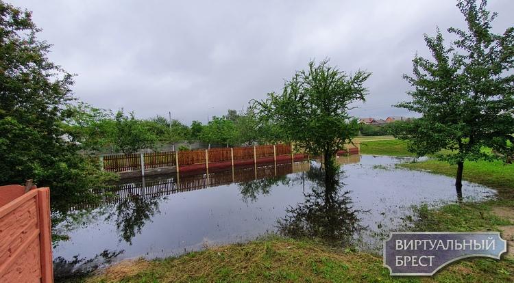 Из-за дождей дом на Суворова заблокирован большим количеством воды. Откачивают еле-еле