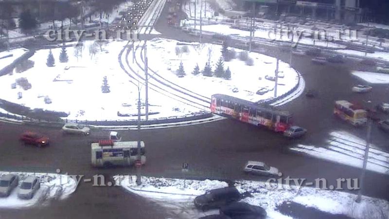 Трамвай прокатил на колбасе легковушку