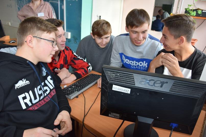 Учащиеся Уфимской СОШ разрабатывают рекламный макет.