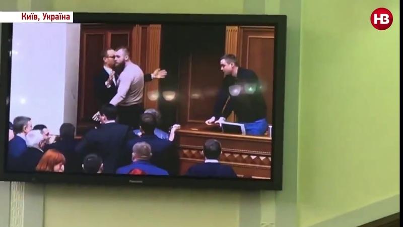 Пауерліфтер зі Слуги народу блокує доступ до президії Сергію Власенку з Батьківщини