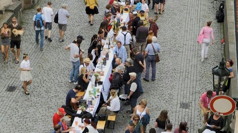 Prager feiern Ende der Corona-Krise an langer Tafel   AFP