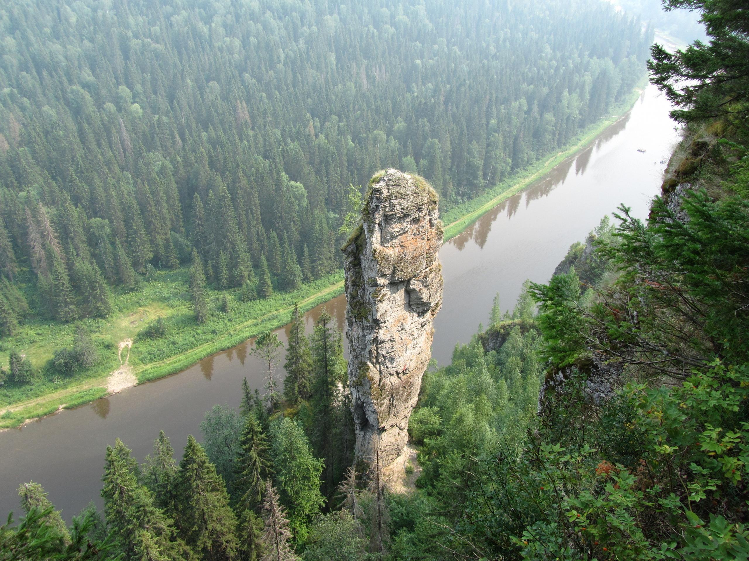 противоположный берег Усьвенских столбов