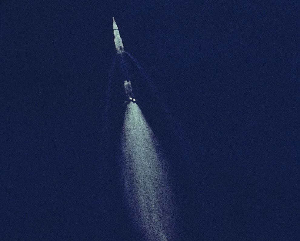 14) Эту фотографию практически сразу после старта «Аполлона 11» сделала 70мм камера, встроенная в грузовую дверь самолета военной авиации США EC-135N.