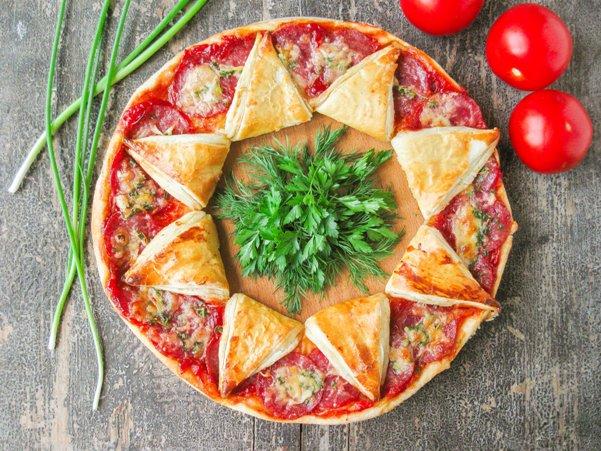 Пицца-солнышко из слоеного теста с колбасой)