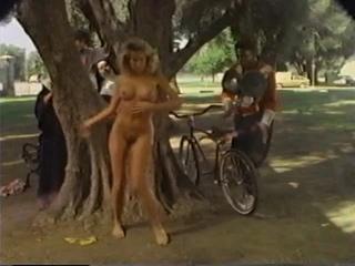 CMNF, OON, NiP, отрывки из фильма – после гипнотерапии девушка начинает раздеваться догола в самых неожиданных местах