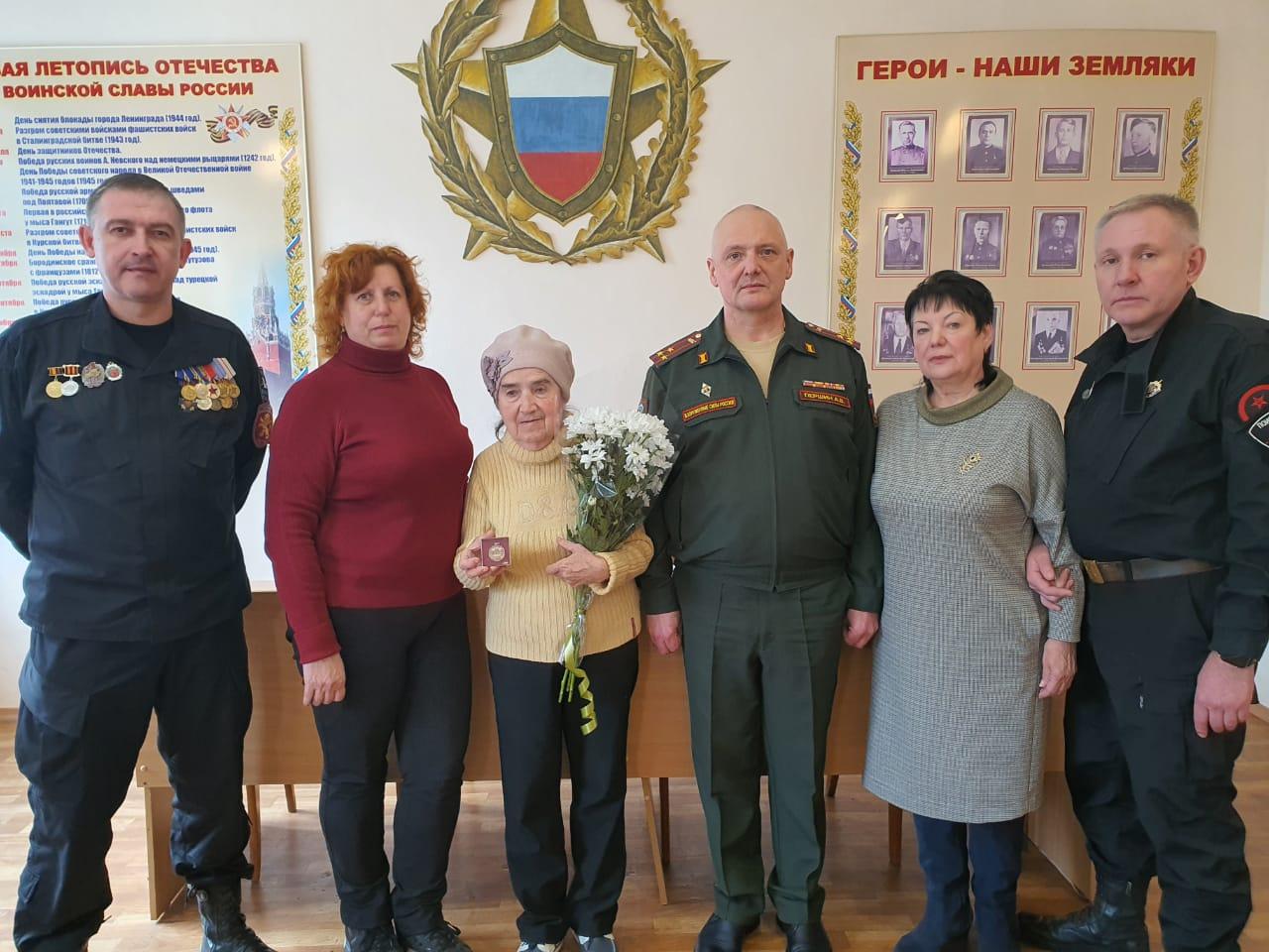 В Таганроге медаль «За боевые заслуги» передали дочери погибшего красноармейца