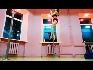 Выход во флажок #poledance #poledeluxe_vitebsk #alesia_vasilenok