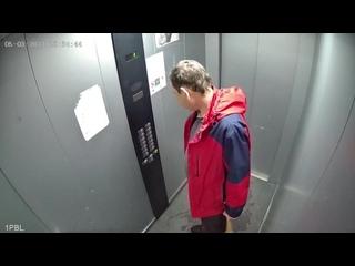 Красноярский мужик разнервничался от того, что лифт сломался и избил его битой.
