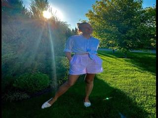 Остановись, мгновенье! Катя Осадчая сверкнула загорелыми ножками и напомнила о важном.