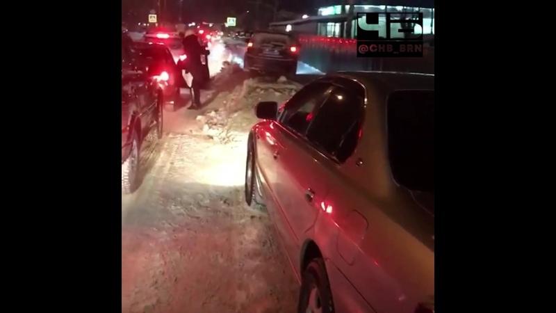 Коммунальщики чистят дорогу оставляя бордюр из ледяных глыб на обочинах Чёрное и Белое Барнаул