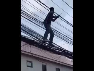 Если кто-то не видел как ведут провода в Таиланде. Вот смотрите. Теперь вы видели все😄