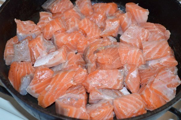 Вкусная семга в сливочно - чесночном соусе