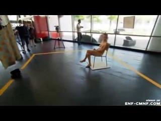 NiP, OON – случайные женщины принимают участие в обнажённом арт-перформансе
