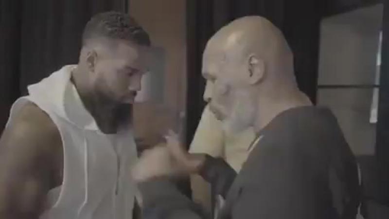 🎬Майк Тайсон показал пару боксерских фишечек🥊