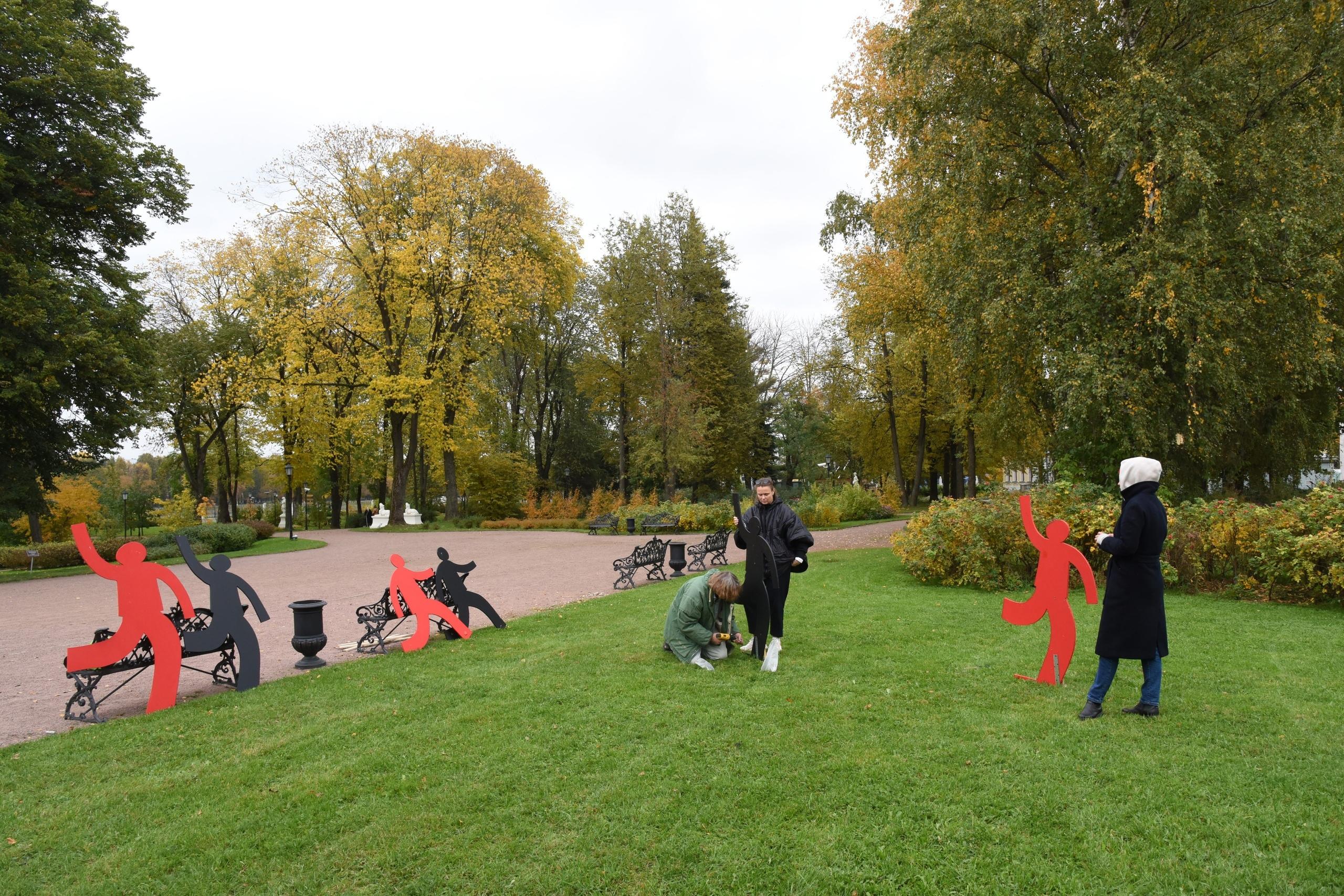 В Дворцовом саду Твери появились фантомы-марионетки