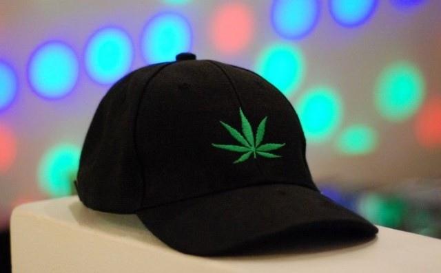 Жителя Самары оштрафовали на 4 000 рублей за ношение кепки с изображением конопли