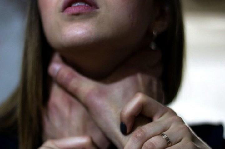 В КЧР мужчина пытался задушить жену