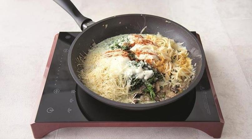 Вкусный гратен из шпината с беконом и грибами в духовке