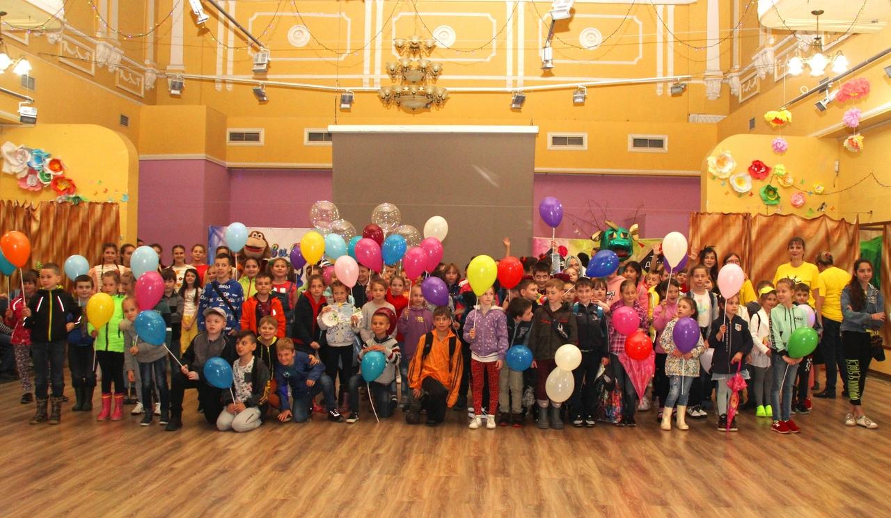 Донецкий городской молодёжный центр поздравил детей с праздником