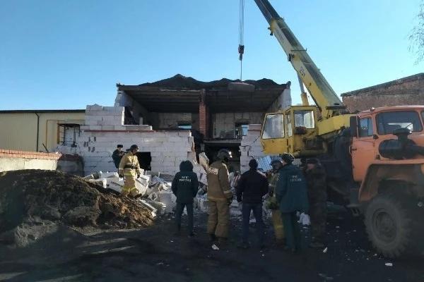 Рабочий, заваленный бетонными блоками при обрушени...
