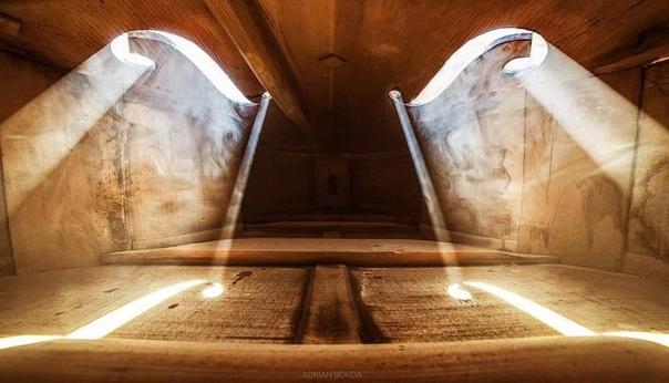 Фотографии, снятые внутри музыкальных инструментов.