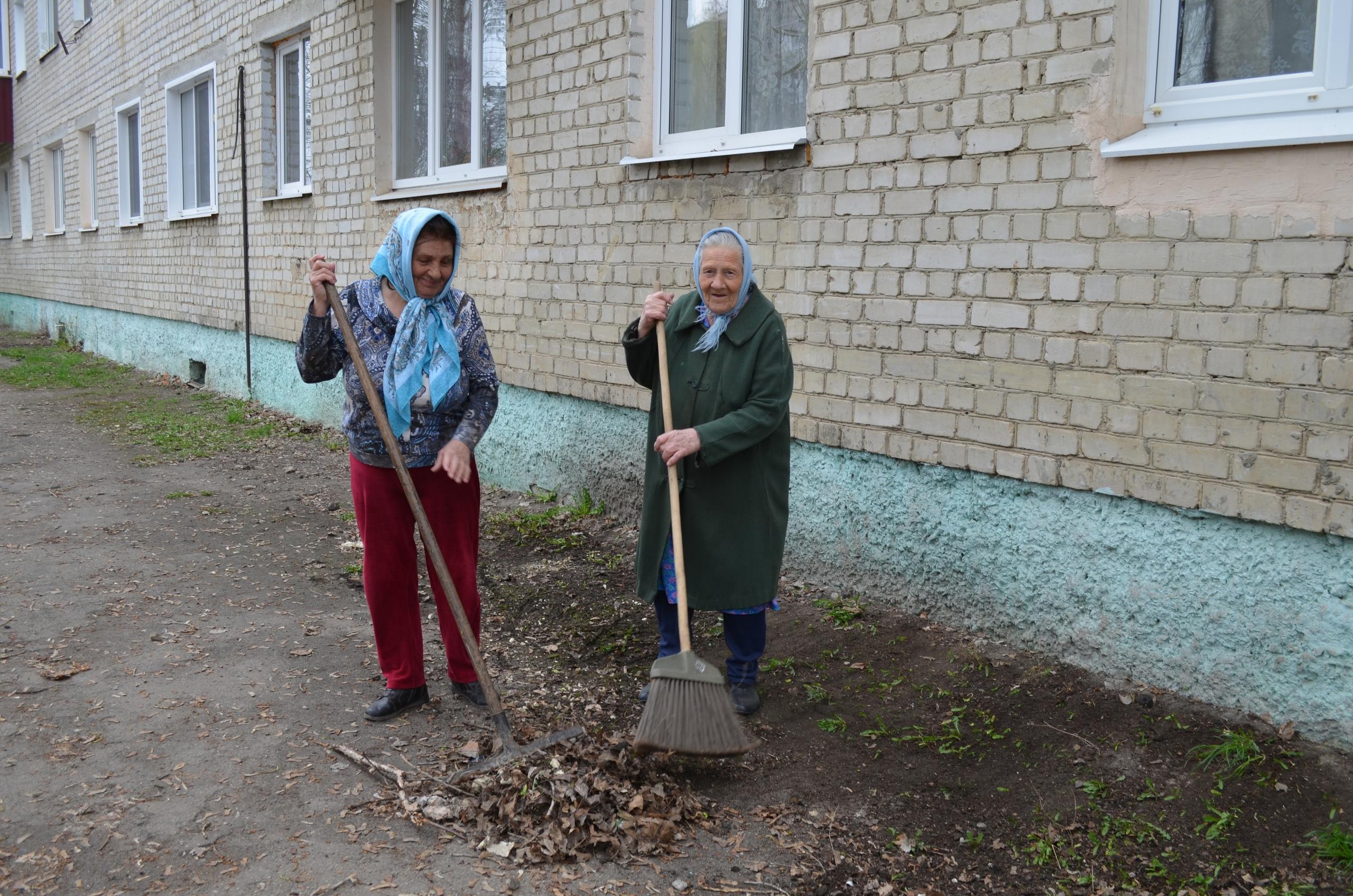 Активно присоединились ко Всероссийскому субботнику жильцы многоквартирных домов Петровска