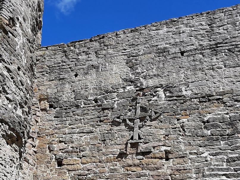 Старый Изборск. Стена крепости с крестами