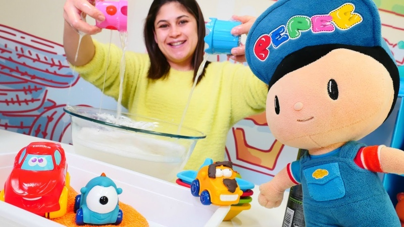 Çocuk videoları Ayşe ve Pepee oyuncakları çamurdan yıkıyor
