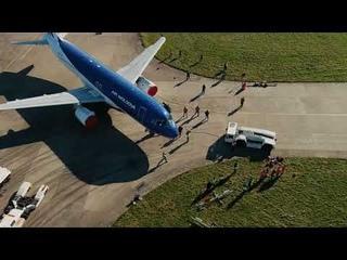 Человек отбуксировал большой самолет: как установили новый мировой рекорд Гиннесса