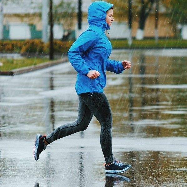 Как правильно бегать в дождь .