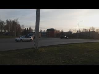 Новочебоксарск, улица Комунальная, нет тротуара вдоль дороги. Люди ходят на работу по грязи.